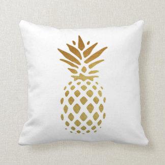 Goldene Ananas, Frucht im Gold Kissen