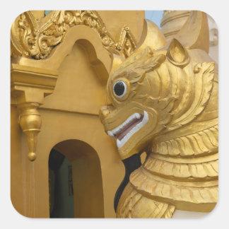 Goldene Löwe-Statue am Tempel Quadratischer Aufkleber