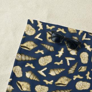 Goldene Muscheln und Koralle auf Marine-Badetuch Strandtuch