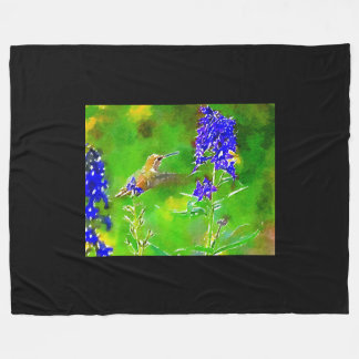 Goldgrüner Kolibri, blaue Delphinium-Blumen Fleecedecke