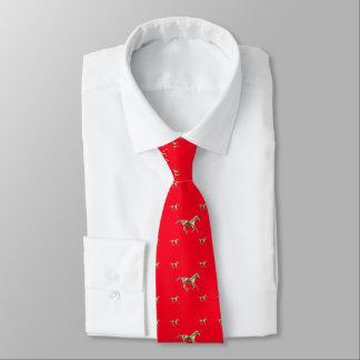 Goldpferde auf der Krawatte der roten Männer