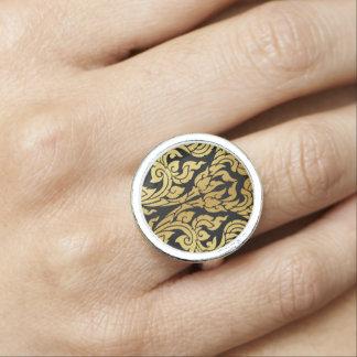 Goldschwarze moderner Entwurfs-Art Kanok Lai Ring