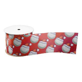 Golf-Ball im Weihnachtsmannmütze-Muster auf Rot Satinband
