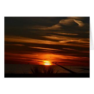 Golf stützt Sonnenuntergang unter Grußkarte