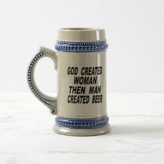 Gott hergestellte Frau bemannen dann hergestelltes Bierglas