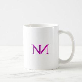 Grafik mit zwei Alphabet N im Rosa Kaffeetasse