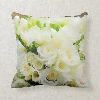 Grafische weiße und Sahnemit BlumenRosen Kissen