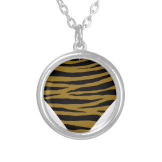 Graubraune Tiger Handhabung am Boden Versilberte Kette