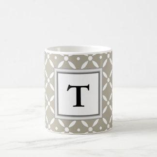grauer quatrefoil Entwurf mit Monogramminitiale Kaffeetasse