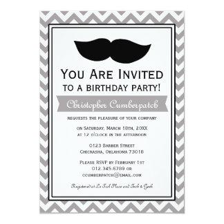 Grauer Schnurrbart-Zickzack Geburtstags-Party Personalisierte Einladung