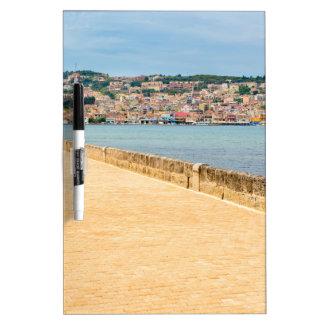 Griechischer Stadt-Hafen Argostoli mit Straße auf Memoboard