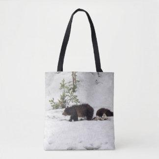 Grizzlies im Schnee ganz vorbei - drucken Sie Tasche