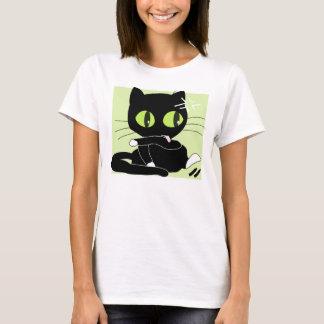 Große niedliche schwarze Cartoon-Katze mit großen T-Shirt