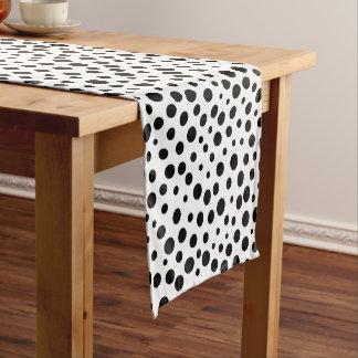 Große und kleine schwarze Tupfen auf Weiß Kurzer Tischläufer