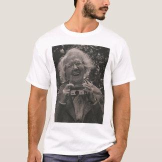 Großmutter mit ihrem Hawkeye T-Shirt