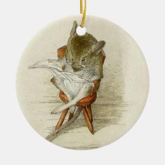 Großvater-Maus, die eine Zeitung liest Keramik Ornament