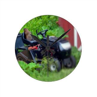 Groundhog auf einem Rasenmäher Runde Wanduhr