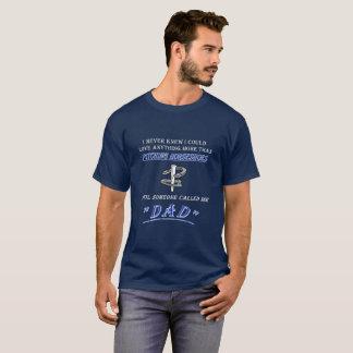 Grundlegendes dunkles Hufeisennicken-T-Stück - T-Shirt