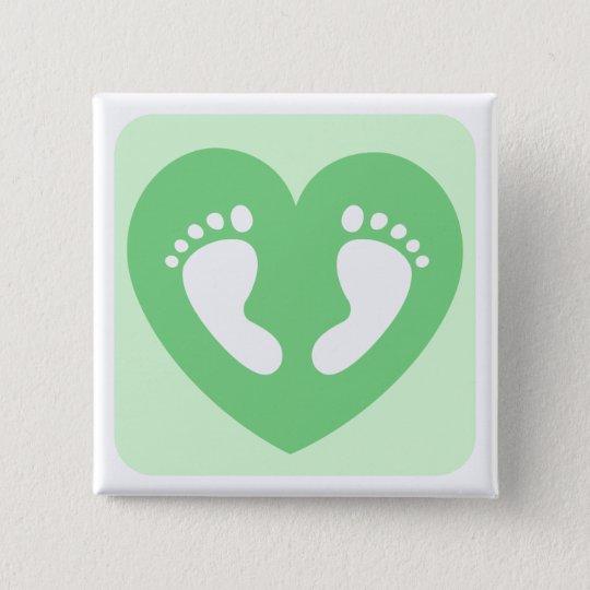 Grüne Babyfüße oder -abdrücke im Herzen knöpfen Quadratischer Button 5,1 Cm