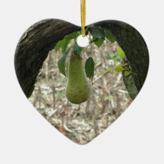 Grüne Birne des Singles, die am Baum hängt Keramik Ornament