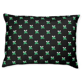 Grüne Frösche auf schwarzer Hundebett Haustierbett