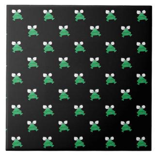 Grüne Frösche auf schwarzer Keramik-Fliese Große Quadratische Fliese
