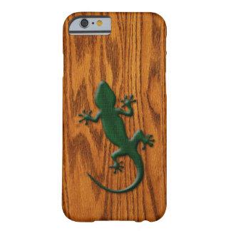 Grüne Gecko-Eidechse auf hölzernem Blick Barely There iPhone 6 Hülle