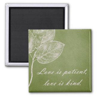 Grüne Grunge-Blätter-Liebe ist geduldig Quadratischer Magnet