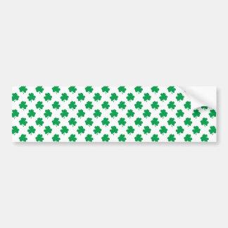 Grüne Kleeblätter auf weißen St Patrick Tagesklee Autoaufkleber