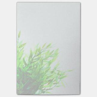 Grüne Pflanzen-Natur, die im Garten arbeitend Post-it Klebezettel