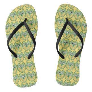 Grüne und gelbe Eule drehen Reinfälle um Flip Flops