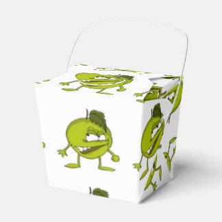 Grüner Apfel-Cartooncharakter mit einem Geschenkschachtel