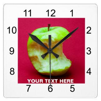 Grüner Apfel nagte ab Quadratische Wanduhr
