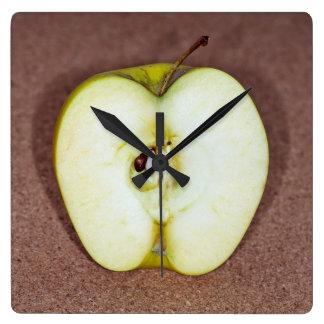 grüner Apfel Quadratische Wanduhr