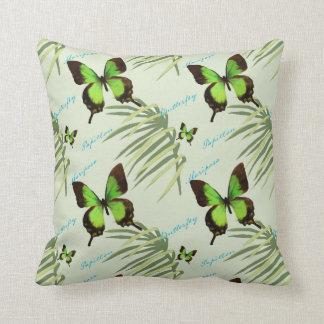 Grüner Schmetterling und Palmwedel Kissen