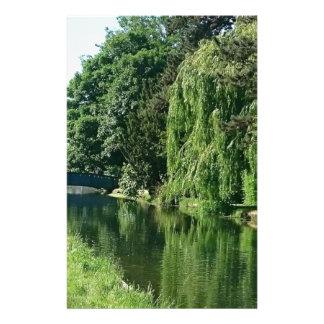 Grüner sonniger Frühlingstagesgrünbaum-Flussweg Briefpapier