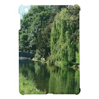 Grüner sonniger Frühlingstagesgrünbaum-Flussweg iPad Mini Hülle