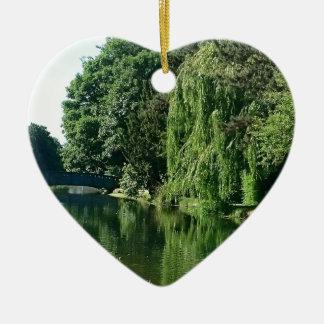 Grüner sonniger Frühlingstagesgrünbaum-Flussweg Keramik Ornament