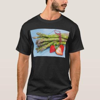 Grüner Spargel mit Erdbeeren auf hölzernem T-Shirt
