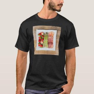 Grüner Spargel mit Schinken und Erdbeeren T-Shirt