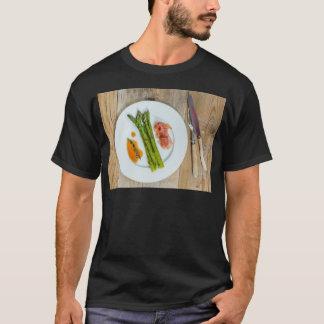 Grüner Spargel mit Schinken und Soße T-Shirt