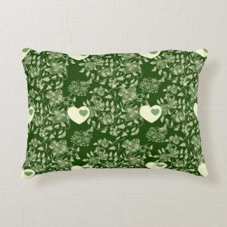 Grünes Kissen mit Blumen, Zweigen, Blättern und