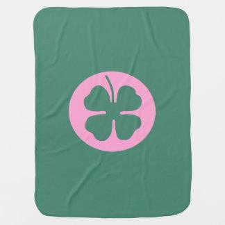 Grünes Kleeblatt innerhalb des rosa Kreises Babydecke