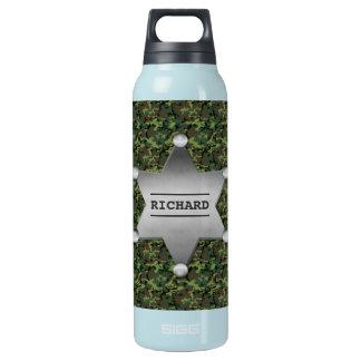 Grünes Tarnungs-Muster-Sheriff-Namen-Abzeichen Isolierte Flasche