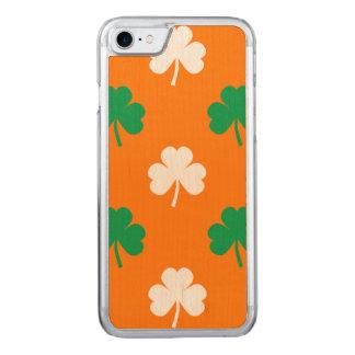 Grünes und weißes Herz-Förmiges Kleeblatt auf Carved iPhone 7 Hülle