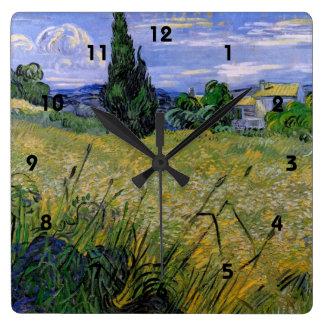 Grünes Weizen-Feld mit Zypresse durch Van Gogh. Quadratische Wanduhr