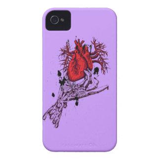 Gruselige Skeleton Hand, die blutiges Herz hält iPhone 4 Case-Mate Hüllen