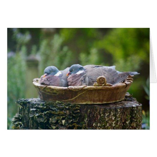 Grußkarte mit zwei hölzernen Tauben in einem
