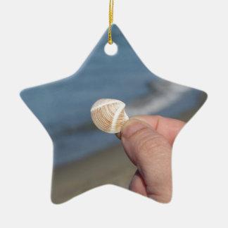 Halten eines Seashell in der Hand Keramik Ornament
