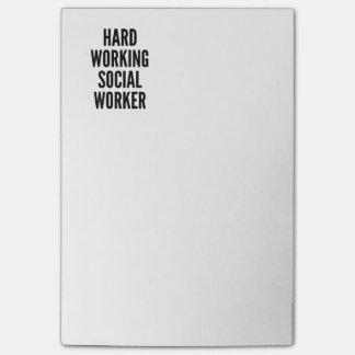 Harter arbeitender Sozialarbeiter Post-it Klebezettel
